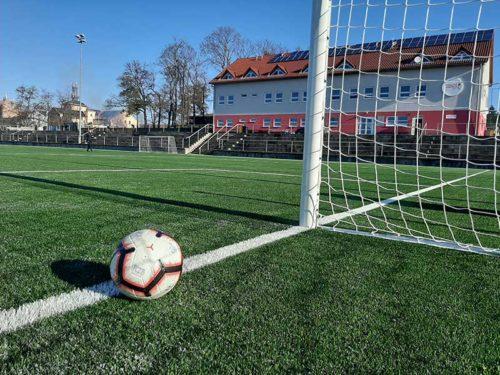 Fotbalové centrum Brno v Brněnských Ivanovicích se dočkalo špičkového povrchu